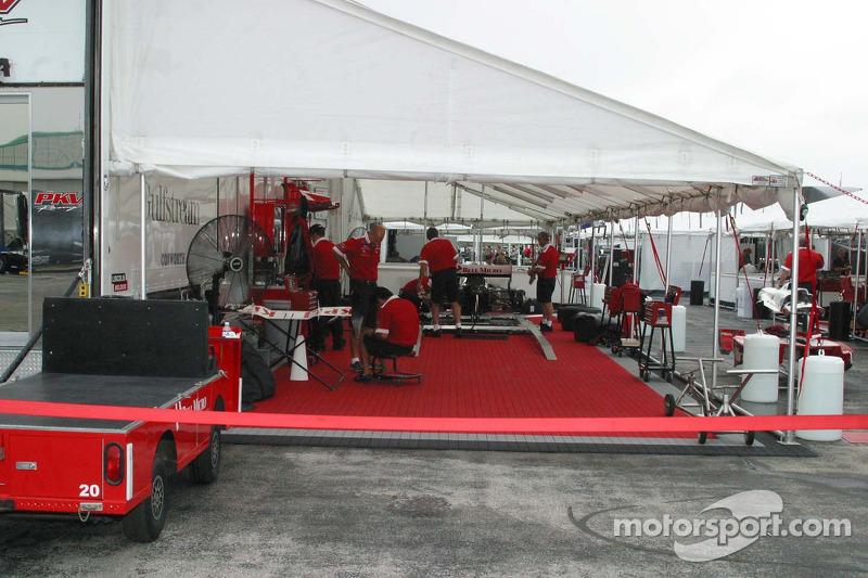 En l'absence de garages, les équipes travaillent sous tentes