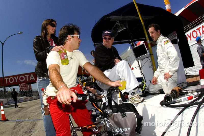 Oriol Servia parle avec Robin Miller et Christiano da Matta