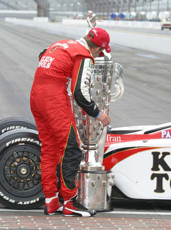 Dan Wheldon kisses the Borg Warner Trophy