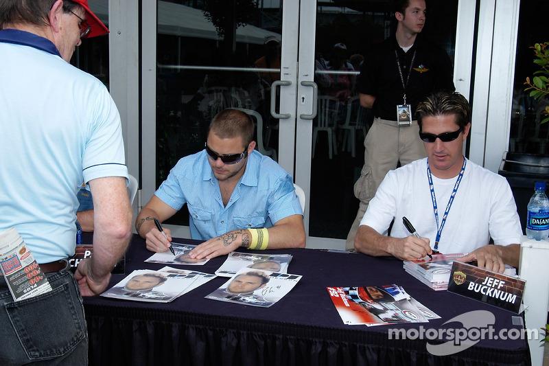 James Chesson et Jeff Bucknum signent des autographes