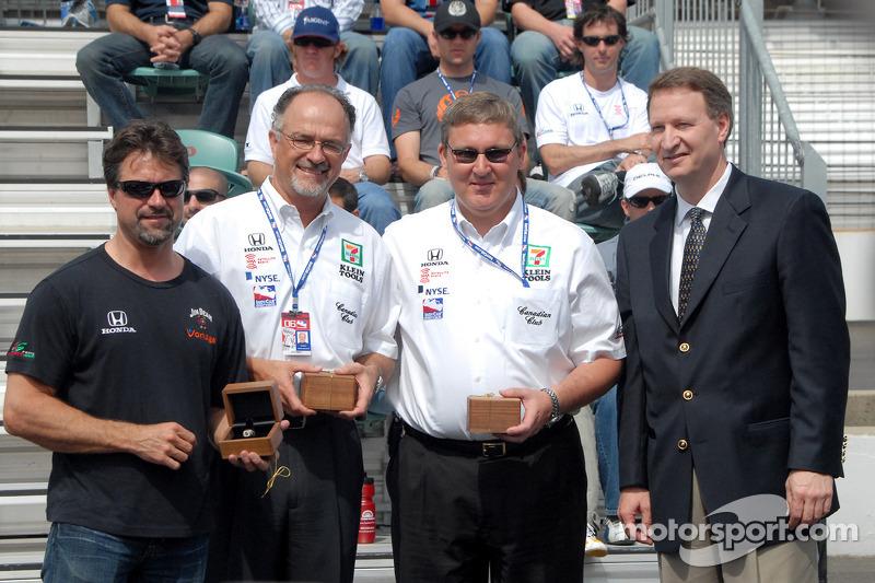 Michael Andretti, Kim Green et Kevin Savoree reçoivent les anneaux des propriétaires gagnants 2005