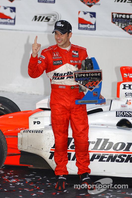 Victory lane : le vainqueur Helio Castroneves fête sa victoire