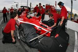 Precise setup on the Target Chip Ganassi Racing Dallara of Dan Wheldon