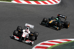 Kamui Kobayashi, Sauber F1 Team, C30 leads Heikki Kovalainen, Team Lotus