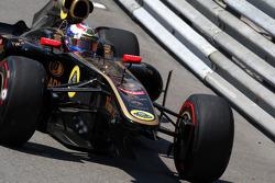 Vitaly Petrov, Lotus Renault GP with damage to the car