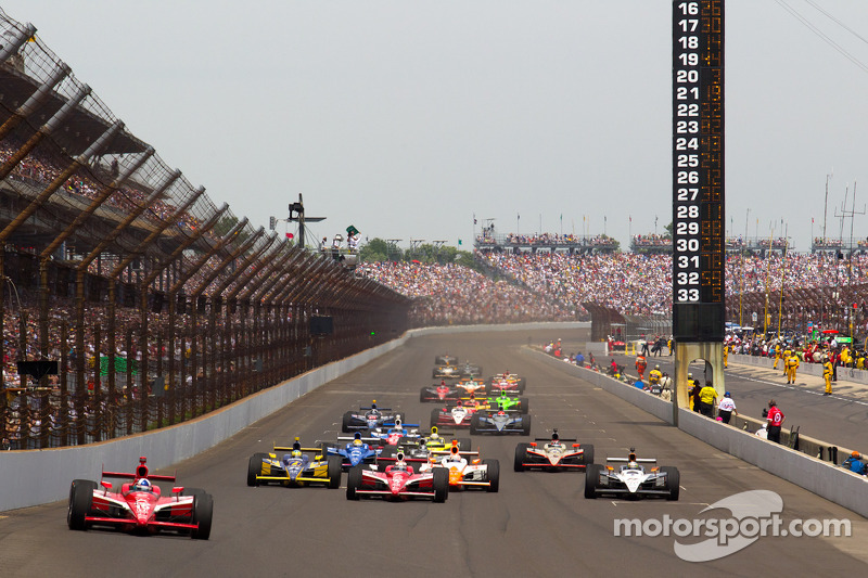 Restart: Dario Franchitti, Target Chip Ganassi Racing leads the field