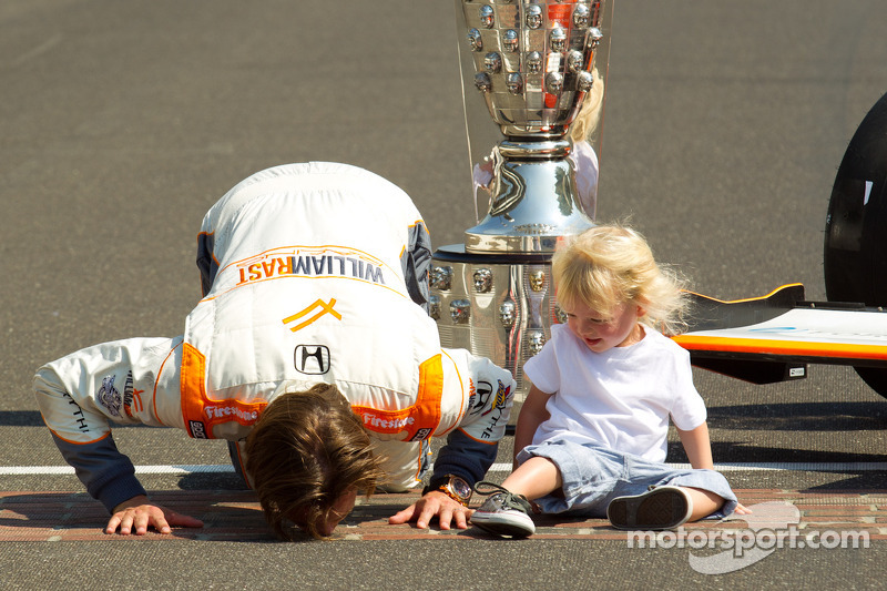 Winners photoshoot: Dan Wheldon, Bryan Herta Autosport with Curb / Agajanian and his son kiss the yard of brick