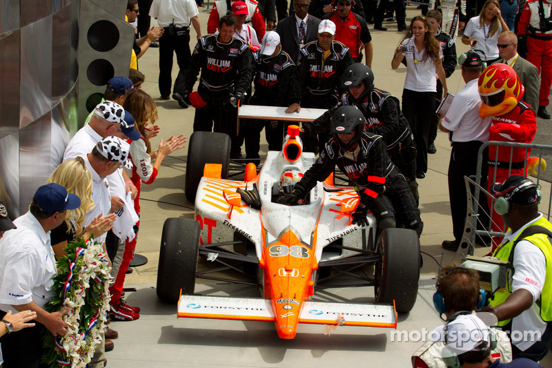 Victory circle: race winner Dan Wheldon, Bryan Herta Autosport with Curb / Agajanian enters victory circle