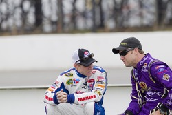 Mark Martin, Hendrick Motorsports Chevrolet and Matt Kenseth, Roush Fenway Racing Ford