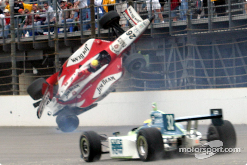 2003: Rookie Dan Wheldon crasht