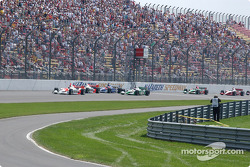 Start: Helio Castroneves takes the lead