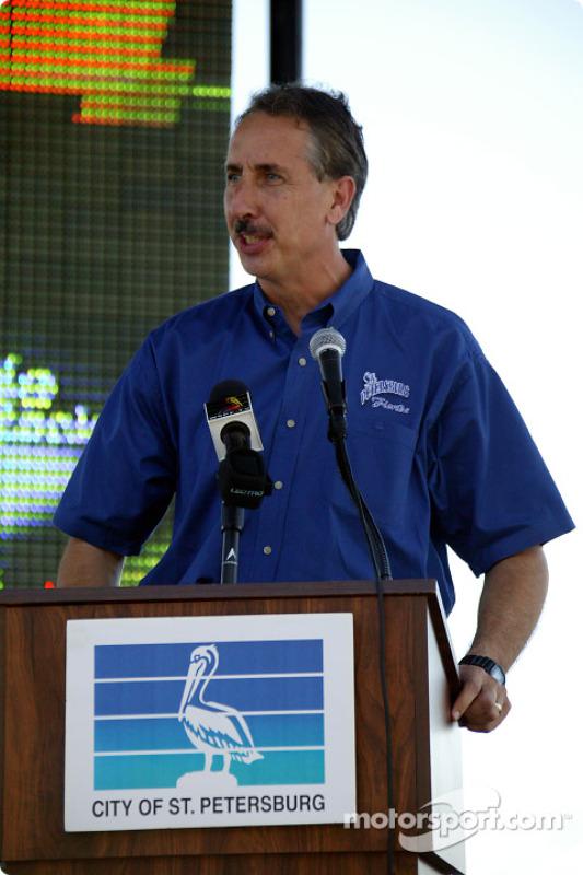 Le maire de St. Petersburg Rick Baker