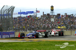 Race action: Scott Dixon and Gil de Ferran