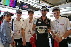 Победители премии F1 in Schools Outstanding Sportsmanship Award - австрийская команда Airy Eagles и Марк Грей, Sahara Force India F1