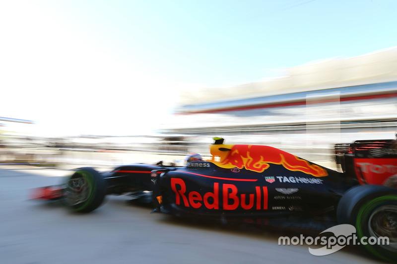 Max Verstappen, Red Bull Racing RB12 en un pit stop