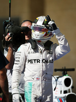 Lewis Hamilton, Mercedes AMG F1, célèbre sa pole position dans le parc fermé