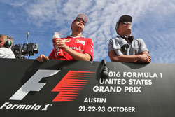 Себастьян Феттель, Ferrari, и Паскаль Верляйн, Manor Racing