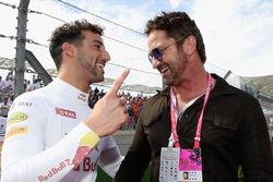 Gerard Butler, actor habla con Daniel Ricciardo, Red Bull Racing