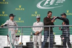 Подіум (зліва направо): Ніко Росберг, Mercedes AMG F1, друге місце; Льюїс Хемілтон, Mercedes AMG F1, переможець гонки; Жерард Батлер, актор; Даніель Ріккардо, Red Bull Racing, третє місце