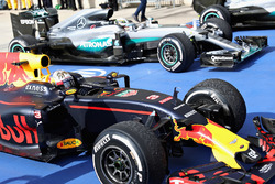 3rd place Daniel Ricciardo, Red Bull Racing RB12 and 1st place Lewis Hamilton, Mercedes AMG F1 W07 Hybrid in parc fermé