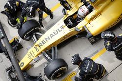 Kevin Magnussen, Renault Sport F1 Team RE16 pit stop