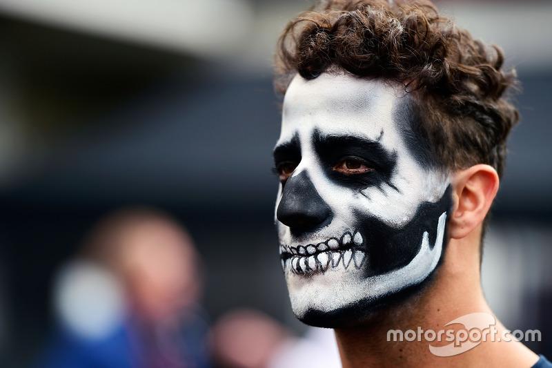 Daniel Ricciardo, Red Bull Racing llega al circuito pintado como catrín del Dia de Muertos