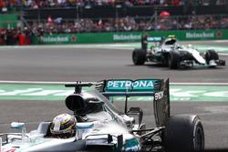 Lewis Hamilton, Mercedes AMG F1 W07  y Nico Rosberg, Mercedes AMG Petronas F1 W07