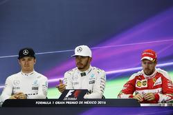 Прес-конференція: друге місце - Ніко Росберг, Mercedes AMG F1, переможець Льюіс Хемлтон, Mercedes AMG F1, третє місце - Себастьян Феттель, Ferrari, third