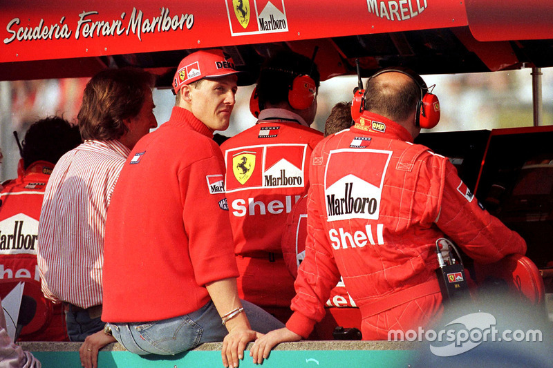 Michael Schumacher, Ferrari, sur le muret des stands après son abandon