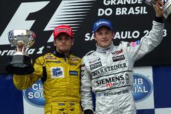Podium: Giancarlo Fisichella, Jordan, und Kimi Räikkönen, McLaren