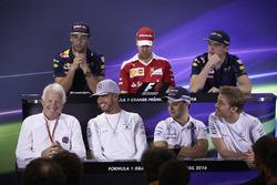 Пресс-конференция FIA: Даниэль Риккардо, Red Bull Racing; Себастьян Феттель, Ferrari; Макс Ферстаппен, Red Bull Racing; делегат FIA Чарли Уайтинг; Льюис Хэмилтон, Mercedes AMG F1; Фелипе Масса, Williams; Нико Росберг, Mercedes AMG F1