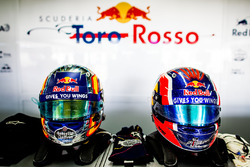 Helme von Carlos Sainz Jr., Scuderia Toro Rosso, und Daniil Kvyat, Scuderia Toro Rosso