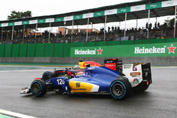 Felipe Nasr, Sauber C35 and Daniel Ricciardo, Red Bull Racing RB12 battle for position
