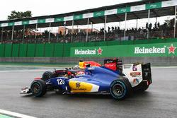 Felipe Nasr, Sauber C35 y Daniel Ricciardo, Red Bull Racing RB12