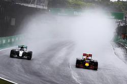 Nico Rosberg, Mercedes AMG F1 W07 Hybrid, en Max Verstappen, Red Bull Racing RB12, vechten voor positie