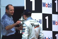 Mika Hakkinen et Ron Dennis fêtent la première victoire du Finlandais
