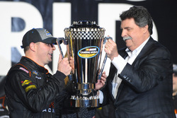 Truck-Champion Johnny Sauter, GMS Racing, Chevrolet; NASCAR-Präsdient Mike Helton