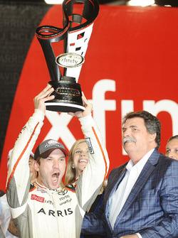 2016 Champion and race winner Daniel Suarez, Joe Gibbs Racing Toyota, NASCAR chairman Mike Helton with the Xfinity Series championship trophy