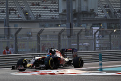 Daniil Kvyat, Scuderia Toro Rosso STR11 with a puncture in the second practice session