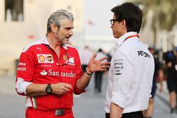Maurizio Arrivabene, director del equipo Ferrari con Toto Wolff, Mercedes AMG F1 accionista y Director Ejecutivo