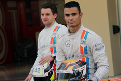 Pascal Wehrlein, Manor Racing and Jordan King, Manor Racing  pilotod de desarrollo en una fotografía de equipo