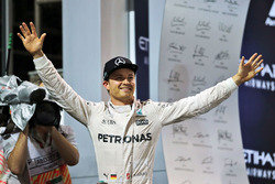 Le Champion du monde Nico Rosberg, Mercedes AMG F1 fête son titre sur le podium