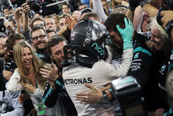 Nico Rosberg, Mercedes AMG F1 celebrates his World Championship in parc ferme with the team and wife Vivian Rosberg