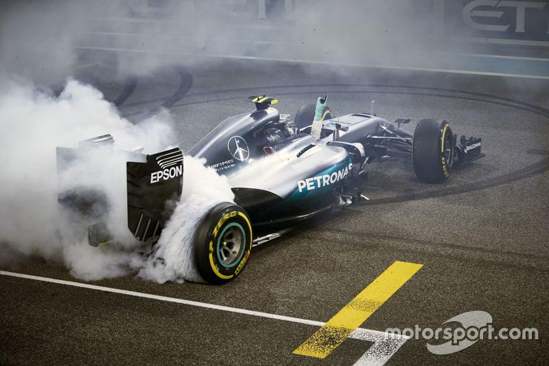 Segundo lugar de Nico Rosberg, de Mercedes AMG F1 W07 híbrido celebra su campeonato del mundo al final de la carrera