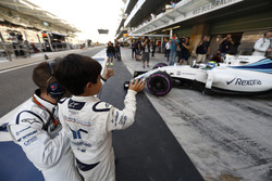 Felipinho Massa winkt seibem Vater Felipe Massa, Williams FW38