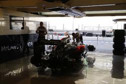 Das Team arbeitet am McLaren MP4-31 Honda in der Box