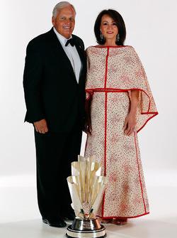 Equipo campeón propietario Rick Hendrick y su esposa Linda
