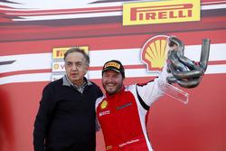 Podium: 1. Carlos Kauffmann, Ferrari of Fort Lauderdale, mit Sergio Marchionne, Ferrari, Präsident
