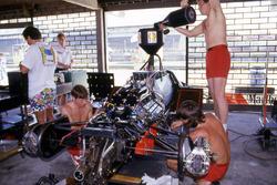 Giorgio Piola avec la McLaren MP4/2 d'Alain Prost, lors du GP du Brésil 1984