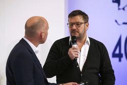 Toby Moody parla con Paul Hembery, Direttore Pirelli Motorsport